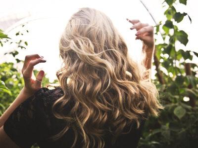 Cheveux blonds colorés